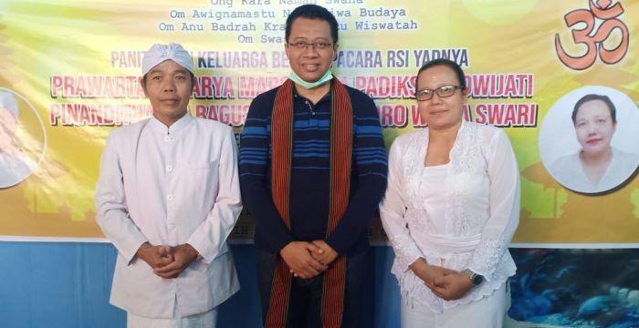 Sulinggih Pinanditha Ida Bagus Suciptha dan istri Jro Widya Swari-JaringPos