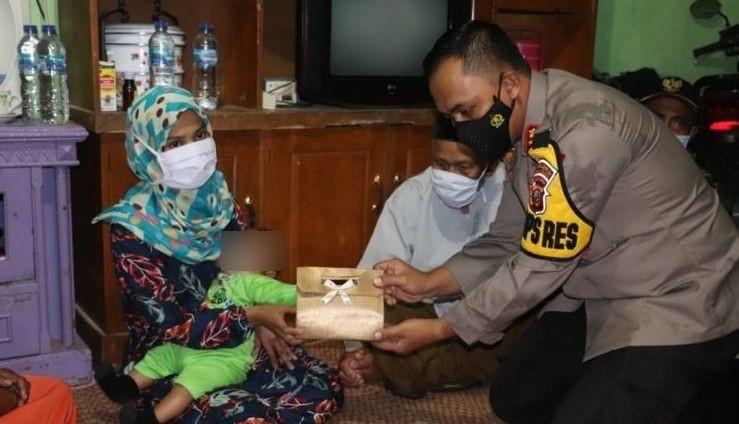 Jokowi Ulurkan Bantuam Ke Istri Terduga Teroris yang Terlilit Utang di Bank-JaringPos