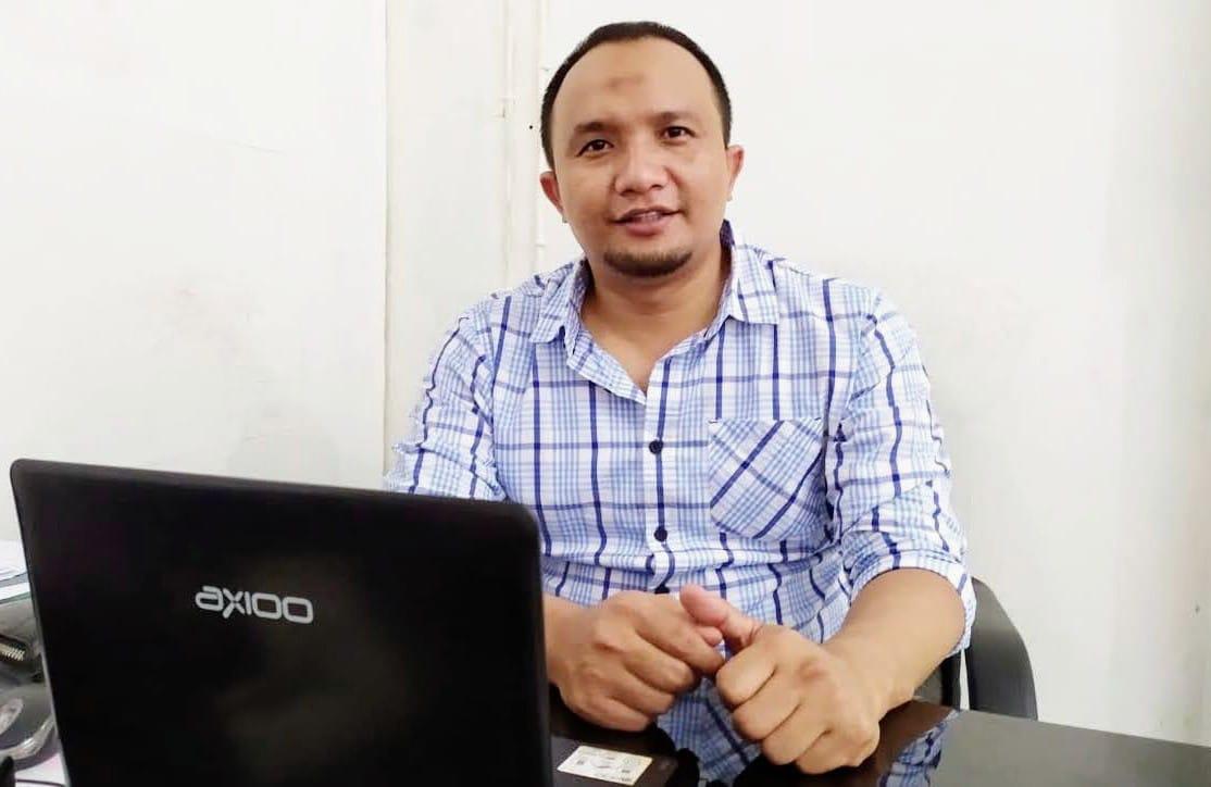Foto Direktur Lombok Global Institusi Nusa Tenggara Barat di kantornya di mataram