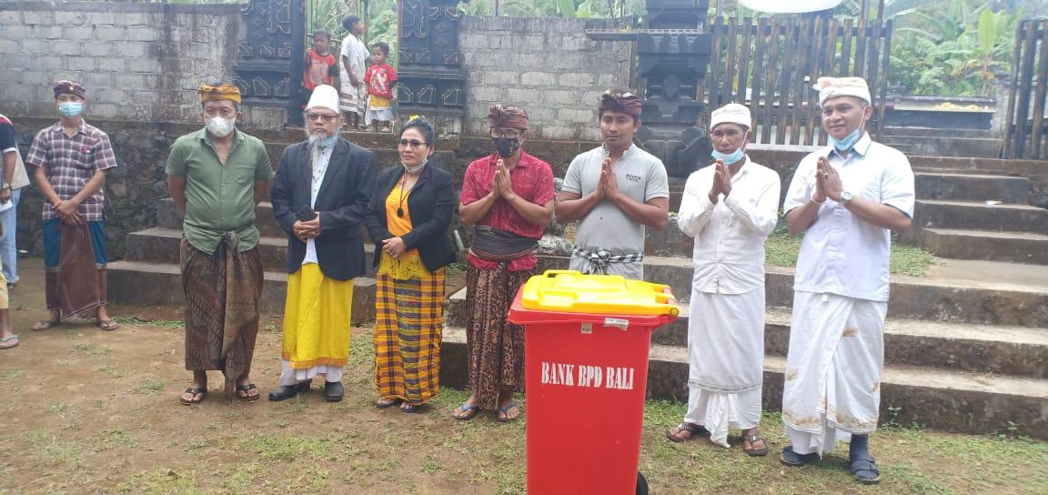 Ket Poto- Bersama Tokoh dan Ketua banjar Pura Taman Giri Putri Rinjani