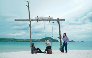 Tempat wisata bernama Pantai Tanjung Aan di Kabupaten Lombok Tengah, Nusa Tenggara Barat (dok. GoMandalika.com   Dinas Pariwisata dan Kebudayaan Lombok Tengah)