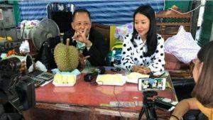 Pengusaha durian, Anon Rotthong bersama putrinya, Kansita Rotthong. Sang ayah menggelar sayembara untuk mencari jodoh bagi putrinya dengan hadiah uang Rp 4,4 miliar, 1 unit rumah, dan 10 mobil serta usaha duriannya. (Facebook via Asia One)
